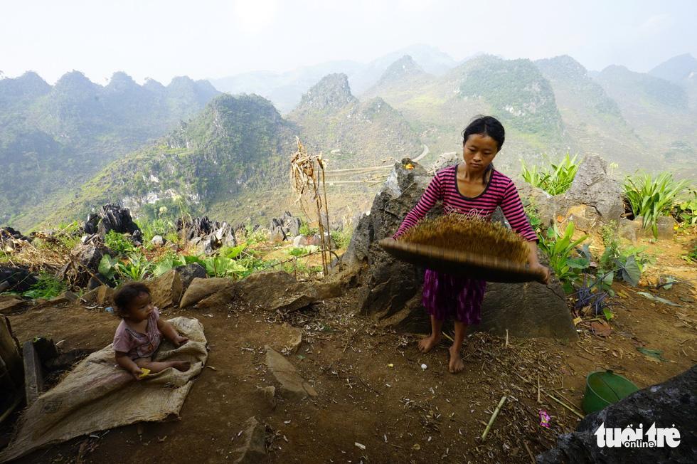 Cuộc sống nơi nẻo cao của hai mẹ con trên đường đi Đồng Văn - Ảnh: QUANG ĐỊNH