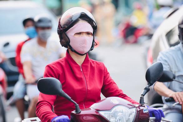 Thời gian gần đây, người dân lo lắng trước thông tin ô nhiễm không khí - Ảnh: DUYÊN PHAN
