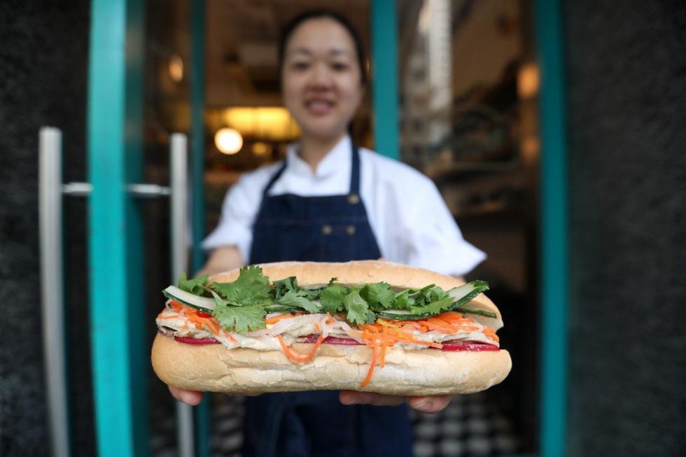 Theign Yie Phan tại tiệm bánh mì Le Petit Saigon ở Hong Kong - Ảnh: SCMP