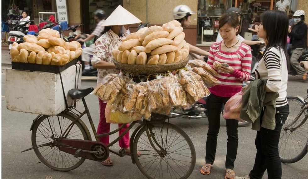 Một xe bánh mì ở Hà Nội - Ảnh: Alamy