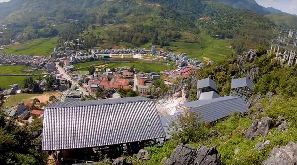 Nhà nghỉ, quán xá mọc lên chắn ngay trước tầm nhìn từ núi xuống thị trấn Đồng Văn - Ảnh: PHẠM MẠNH