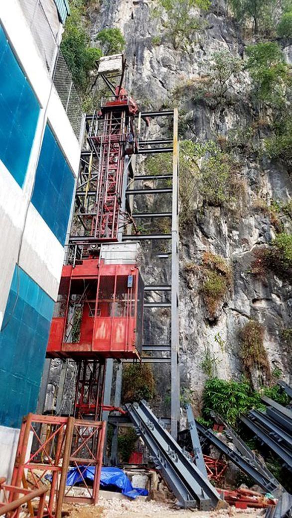Công trình làm thang máy lên núi đang dở dang - Ảnh: KIÊN TRUNG