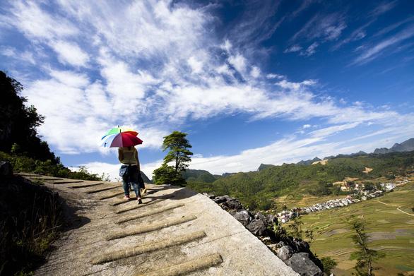 Con đường bộ khang trang với gờ bậc ximăng cho du khách lên Đồn Cao - Ảnh: PHẠM MẠNH