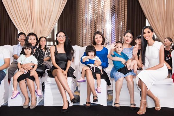 A hau Hoang Thuy va Gia Dinh (2)