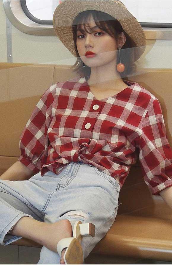 Đầu tuần mới đi học hay đi làm bạn có thể lựa chọn set đồ gồm áo sơ mi kẻ sọc, thiết kế cổ tim tay bồng kết hợp quần jeans để toát lên diện mạo năng động nhưng không kém phần sành điệu.