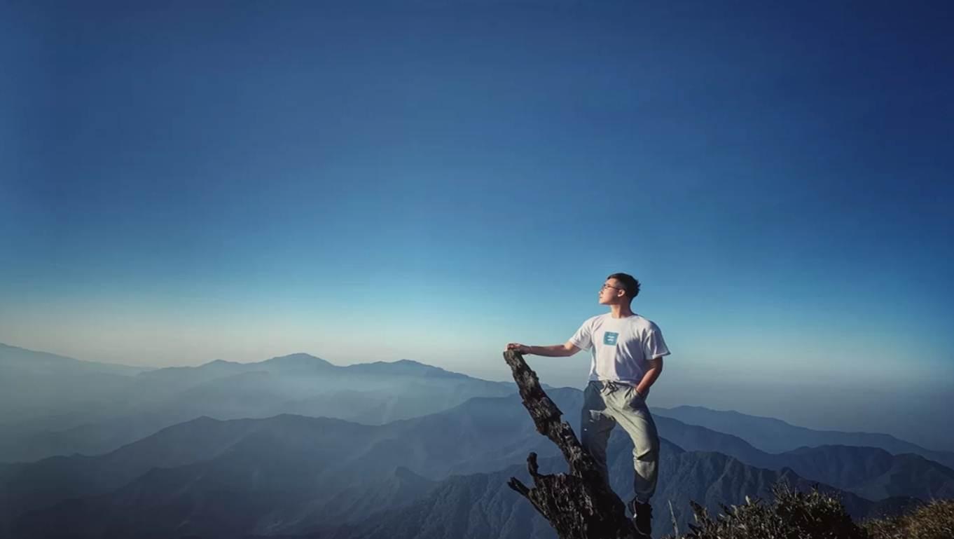 Tuy nhiên, lên tới được đỉnh thì chẳng ai còn thấy mệt nữa vì chỉ lo chụp ảnh. Bất kỳ góc nào của ngọn núi cao thứ 6 Việt Nam này, bạn đều có thể tậu những bức hình chất lừ.