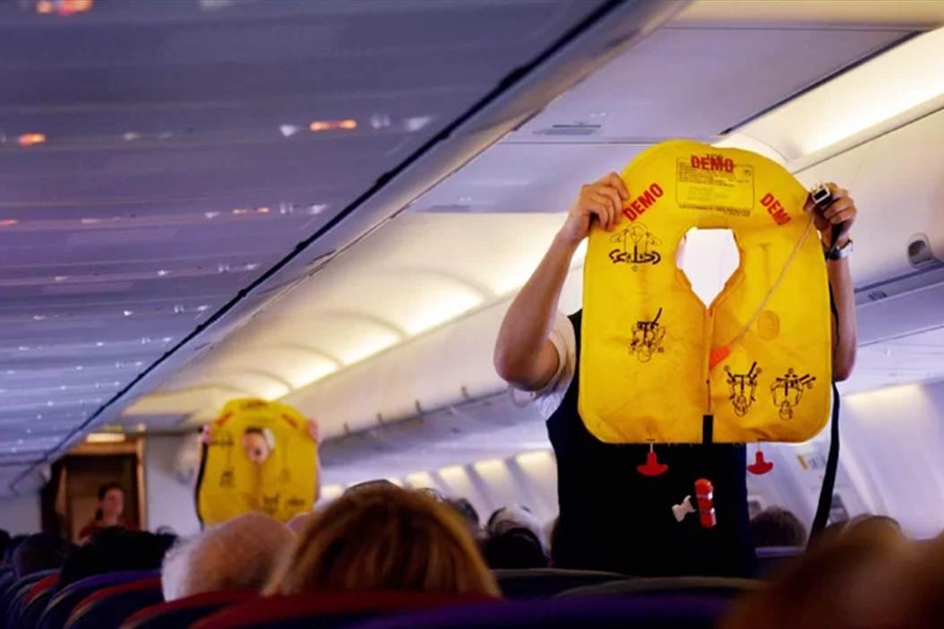 Áo phao luôn được đặt dưới ghế hành khách, tuy nhiên, bạn chỉ được lấy ra sau khi có thông báo của tiếp viên. Ảnh: Shutterstock