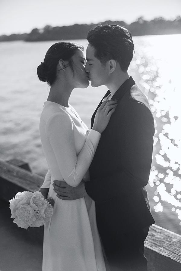 Đôi vợ chồng sắp cưới dành cho nhau nụ hôn ngọt ngào tại thành phố Sydney.