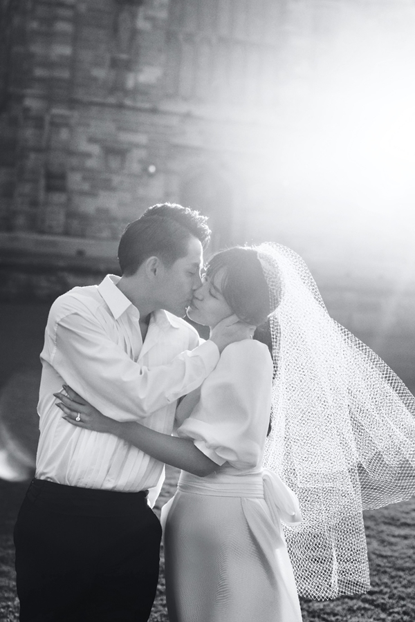 Cả hai diện trang phục cưới đơn giản, khắc họa hình ảnh hạnh phúc trước ngưỡng cửa hôn nhân. Đây là một trong những bộ ảnh cưới được họ chuẩn bị cho hôn lễ diễn ra vào ngày 9/11.