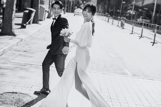 Dù bận rộn nhiều công việc, Đông Nhi tự tay dán từng cánh hoa hay đếm từng tấm thiệp để gửi cho khách mời. 'Tâm trạng của tôi rất hồi hộp nhưng cũng ngập tràn hạnh phúc khi hình dung về ngày thành hôn'. Từ trước đến nay, Đông Nhi luôn mơ về một đám cưới diễn ra ở biển. Với cô, đó là không gian phù hợp để cùng chia sẻ niềm vui, hạnh phúc trong ngày trọng đại: 'Mình vui nhưng mọi người sẽ vui hơn đó là điều quan trọng nhất'.