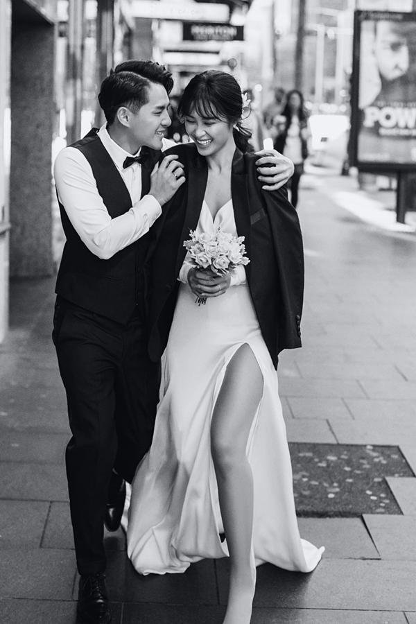 Thời tiết Sydney tháng 8 khá lạnh nên Ông Cao Thắng cởi áo vest khoác cho bà xã khi chụp ảnh trên đường phố.