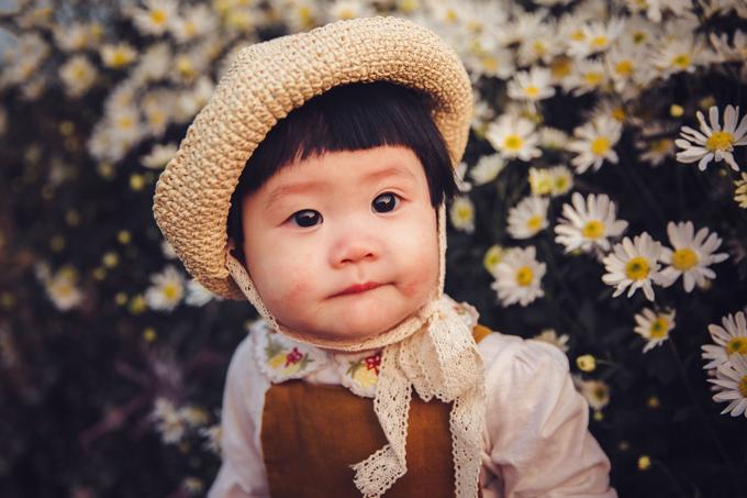 1. Bé gái mếu máo khóc khi chụp ảnh với cúc họa mi6