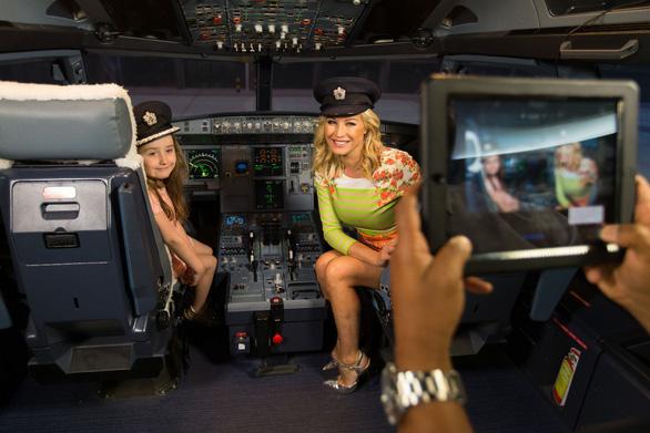 Một số hãng hàng không vẫn cho hành khách vào tham quan buồng lái theo những nguyên tắc nhất định - Ảnh: Aero