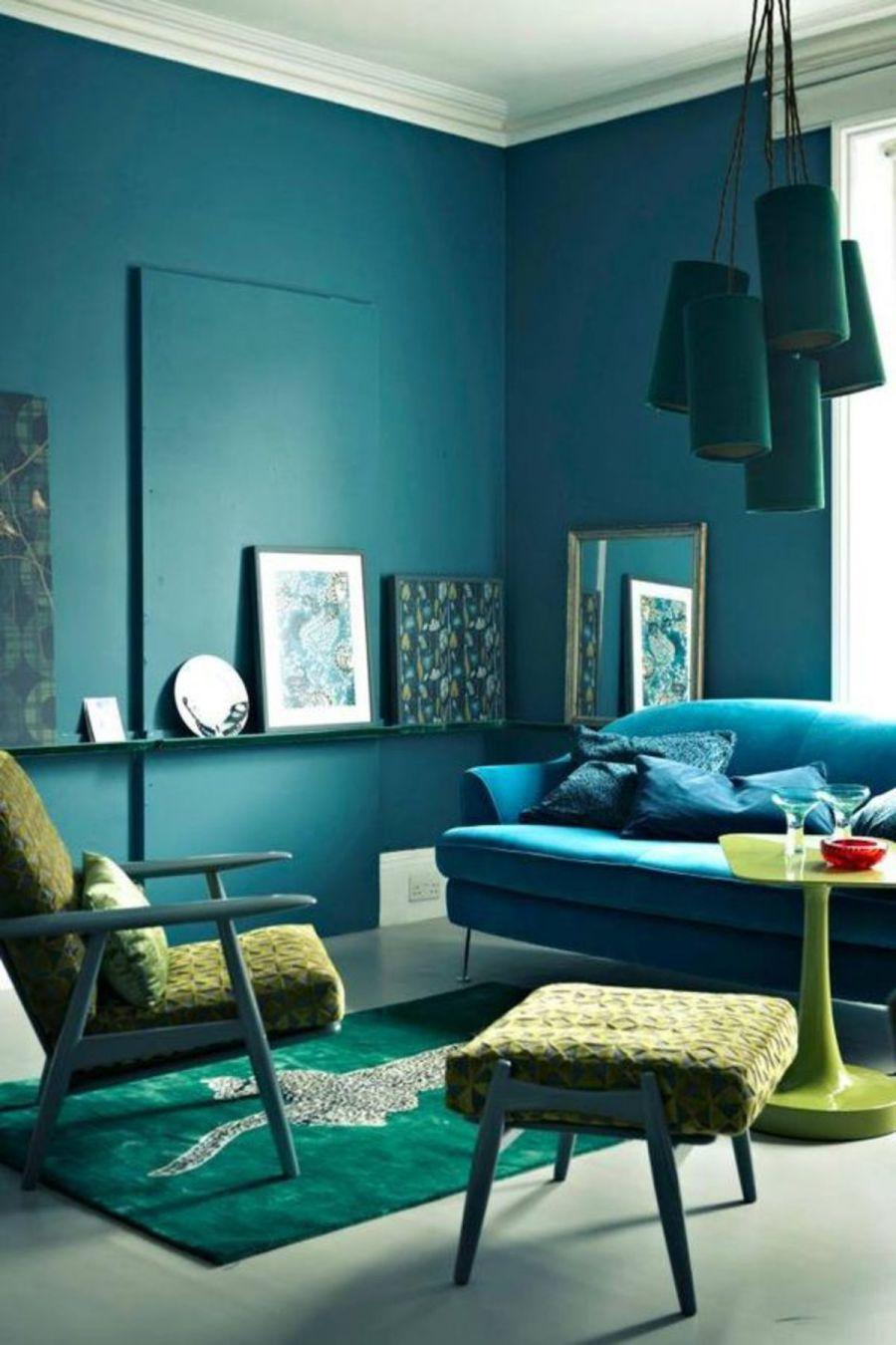 Ứng dụng quy tắc phối màu tương đồng trong phòng khách với xanh đen, xanh lam ngọc và vàng neon.