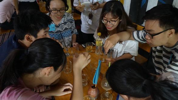 Các bạn trẻ vận động một quán cà phê ở Đà Nẵng nói không với đồ nhựa dùng một lần - Ảnh: Nhóm Green Hero