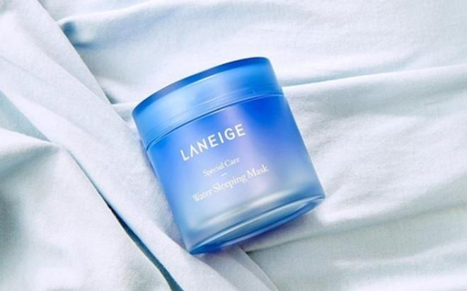 Laneige Water Sleeping Mask là một trong những sản phẩm đi đầu trong trào lưu mặt nạ ngủ. Ưu điểm của sản phẩm là không gây kích ứng da, phù hợp với mọi loại da, kể cả da nhạy cảm. Công nghệ MOISTURE WRAP tạo một lớp màng bảo vệ bên ngoài, giúp lưu giữ độ ẩm trên da suốt cả đêm. Giá tham khảo: 450.000 đồng.