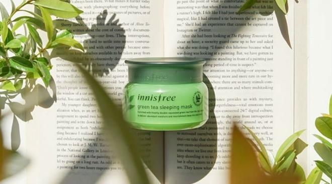 Innisfree Green Tea Sleeping Pack với chiết xuất từ trà xanh thiên nhiên, có khả năng chống oxy hóa và làm sáng và đều các vùng da không đều màu. Giá tham khảo: 280.000 đồng.