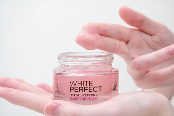 L'oreal White Perfect Total Recover có thành phần chủ yếu là vitamin E, CG và LHA với công nghệ độc đáo giải phóng hạt tinh thể li ti giúp da hấp thụ dưỡng chất nhanh hơn. Mặt nạ này thích hợp với những làn da khô, mất nước.  Giá tham khảo: 130.000 đồng.