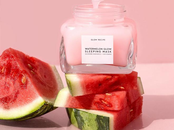 Bliss What a Melon De-Stressing Overnight Mask với thành phần chính là glycerin và dưa hấu, giúp cải thiện tình hình da xỉn màu, mang đến làn da sáng và mịn hơn. Giá tham khảo: 300.000 đồng.