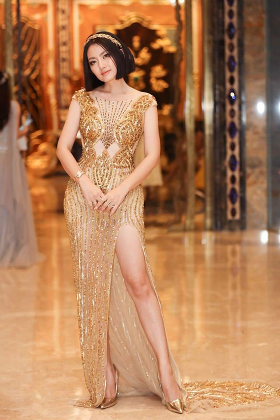 Khác với phong cách khắc khổ, lam lũ trên phim ảnh, Ngọc Lan trên thảm đỏ sexy không kém dàn mỹ nhân của showbiz Việt.