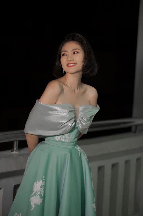 Các mẫu đầm xuyên thấu, vest hở ngực, váy trễ vai đều được Ngọc Lan chọn lựa một cách hợp lý để mang tới sức hút cho phong cách thời trang cá nhân.
