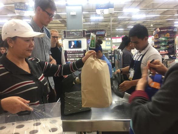 Hầu hết siêu thị ở Philippines đều dùng túi giấy để đựng hàng hóa cho khách - Ảnh: MINH KHUÊ