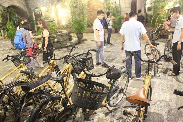 Du khách rất thích thú với những chiếc xe đạp có khung làm từ tre - Ảnh: MINH KHUÊ