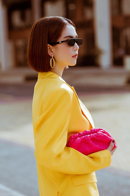 Blazer dáng rộng tông màu vàng tươi được mix cùng biker short. Ngọc Trình hoàn thiện set đồ dạo phố bằng mẫu clutch hồng cánh sen của Bottega Veneta. Dòng túi da đan cao cấp đang khiến sao thế giới và loạt người đẹp Việt 'say như điếu đổ'.