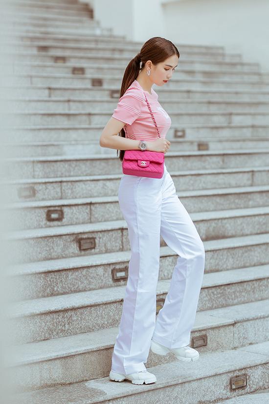 Mẫu quần tôn dáng được 'Nữ hoàng nội y' mix cùng giầy sneaker tiệp sắc màu để mang tới sự khoẻ khoắn và trẻ trung.