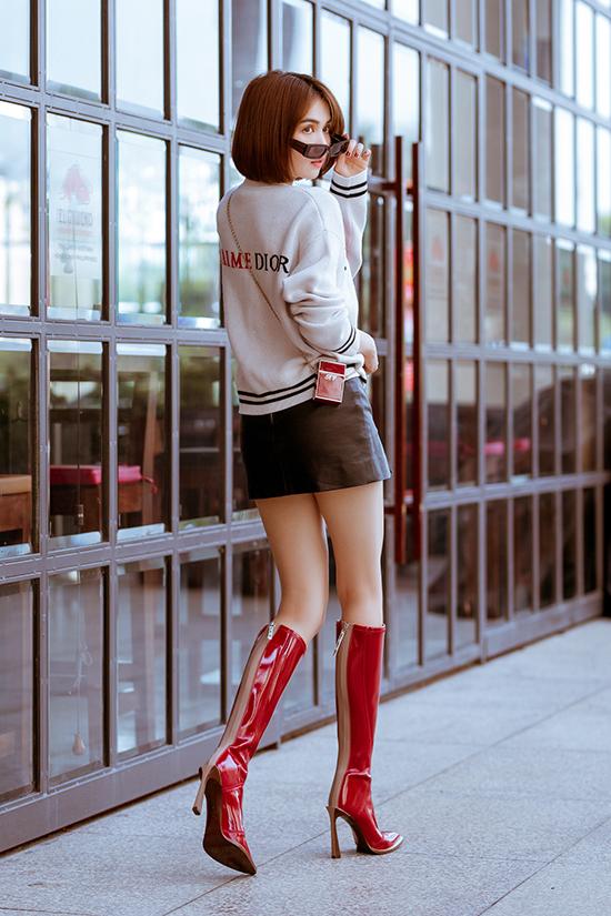 Bốt da đỏ bóng, kiểu cao cổ và ôm sát chân của Fendi vừa 'đập hộp' cũng được Ngọc Trinh sử dụng để bộ ảnh thêm phần ấn tượng.