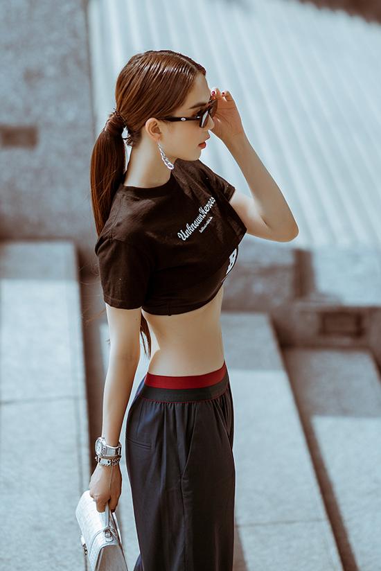 Bên cạnh các mẫu váy áo theo đúng hot trend thu đông 2019, Ngọc Trinh chọn thêm nhiều mẫu áo, váy sexy để phô diễn đường cong gợi cảm.