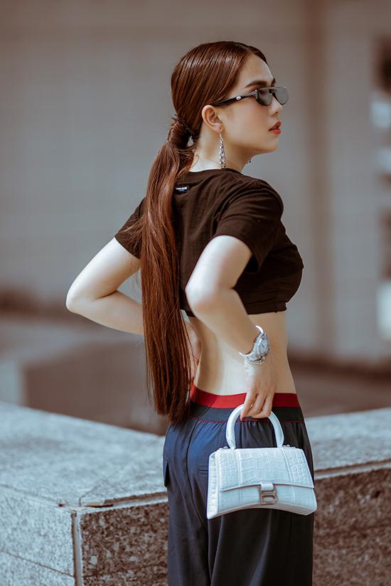 Mẫu túi kiểu dáng độc đáo của Stalvey mới được bổ sung vào tủ đồ hiệu 'khổng lồ' của Ngọc Trinh. Đây là dòng túi dành cho giới nhà giàu và được các IT Girl hàng đầu thế giới như Gigi Hadid, Bella Hadid, Kaia Geiber đặc biệt ưa chuộng.