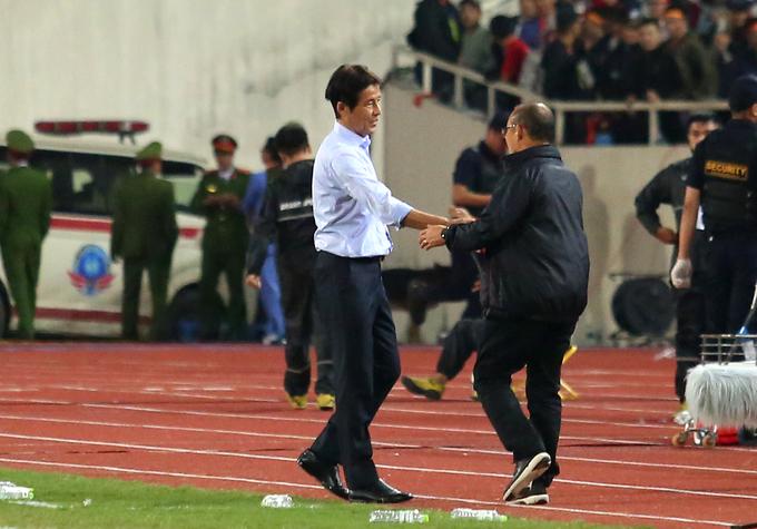 HLV Park chủ động sang bắt tay đồng nghiệp Nishino bên phía tuyển Thái Lan sau khi trận đấu kết thúc. Hai ông sau đó trao nhau cái ôm thân mật như trong cuộc họp báo trước trận.