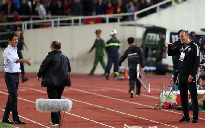 Tuy nhiên, một vị trợ lý bên phía tuyển Thái Lan đứng gần đấy đã có hành động được cho là mỉa mai HLV Park.