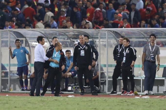 Sau đó ông Park bỗng nổi nóng, quay sang cãi nhau với trợ lý của tuyển Thái Lan