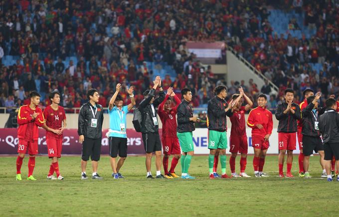 Cả đội sau đó ra giữa sân chào và cảm ơn CĐV.
