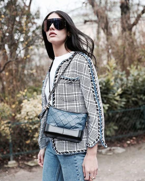 Đứng sau blazer, các mẫu áo khoác cổ trụ thiết kế trên chất liệu vải tweed là sản phẩm luôn được phái đẹp yêu thích trong mùa thu đông.