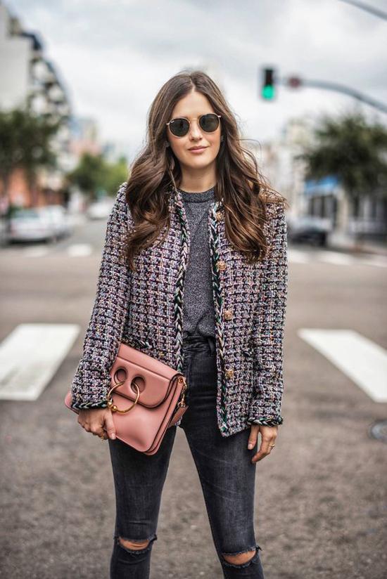 Áo khoác vải tweed có kiểu dáng đơn giản và dễ phối cùng nhiều kiểu chân váy, quần jeans, quần ống rộng...