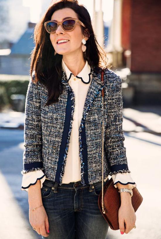 Bước ra khỏi các sàn diễn danh giá, áo khoác điệu đà thường được sử dụng cùng sơ mi, quần jeans tiện lợi.
