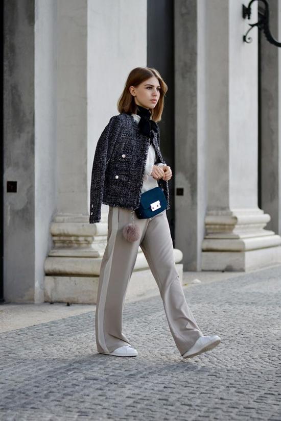 Phong cách cho các nàng công sở yêu sự đơn giản nhưng vẫn không kém phần nữ tính với áo khoác dáng lửng, blouse, quần suông ống rộng.