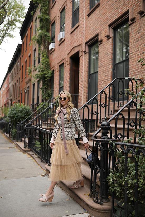 Sử dụng áo khoác vải tweed cùng quần jeans skinny là công thức được áp dụng nhiều nhất. Bên cạnh đó, mẫu áo cổ tròn này còn được mix cùng các kiểu chân váy xinh xắn.