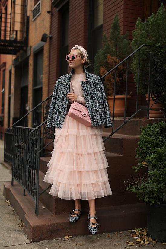 Chân váy xếp tầng của mùa hè được tận dụng để phối cùng áo len, áo khoác dáng lửng để mang tới set đồ hợp mốt mùa lạnh.