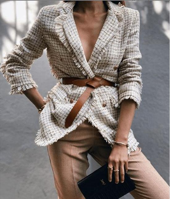 Vải tweed còn được sử dụng để mang tới các mẫu áo vest, blazer, áo khoác dáng dài để phái đẹp chưng diện trong mùa thu đông.