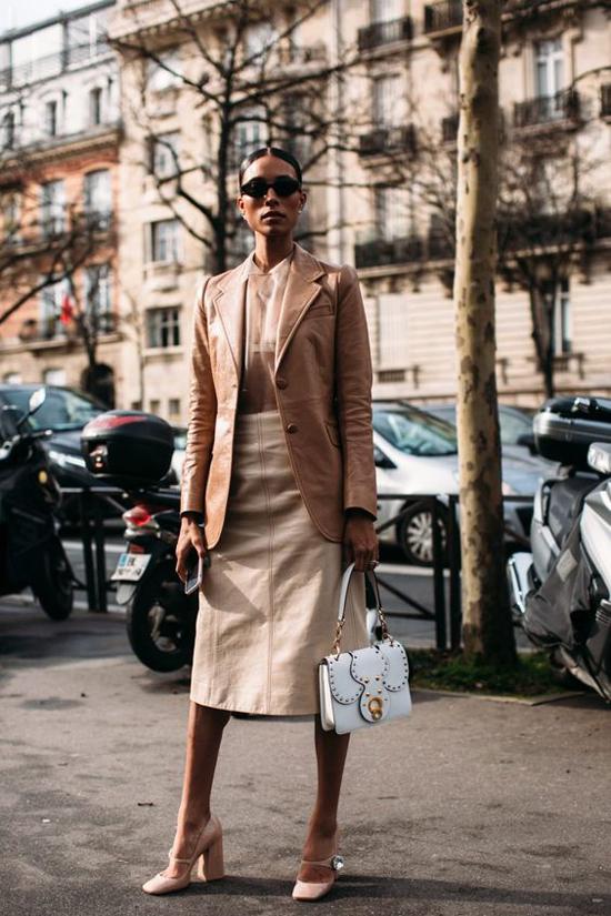 Áo blazer thiết kế trên chất liệu da bê mềm dễ phối cùng các mẫu quần suông, chân váy midi, váy bút chì.