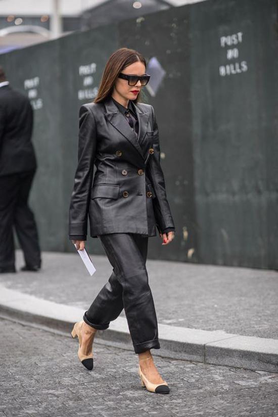 Diện cả 'cây da đen' xuống phố là xu hướng được nhiều fashionista lăng xê ở mùa thu đông năm nay.