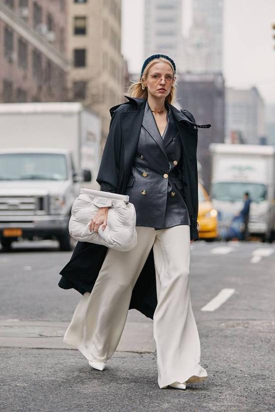 Set đồ mang lại nét trang nhã và không kém phần cá tính cho bạn gái với vest da, áo choàng tiệp màu và quần suông ống rộng.