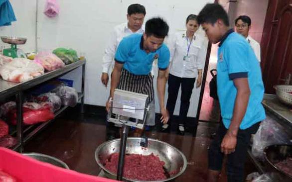 Vụ phù phép thịt heo thành thịt bò ở quận 3, TP.HCM tháng 2-2016 nhưng chỉ bị phạt hành chính - Ảnh: T.LONG