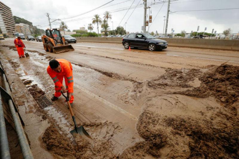 Mưa lớn gây ra lũ và ngập ở khu vực Arenys de Mar, Bắc Barcelona (Tây Ban Nha) cuối tháng 10.