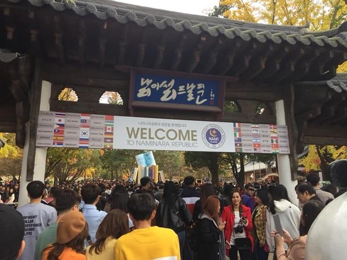 Du khách chen chúc chờ lên phà sang đảo Nam. Ảnh Thông tin Hàn Quốc