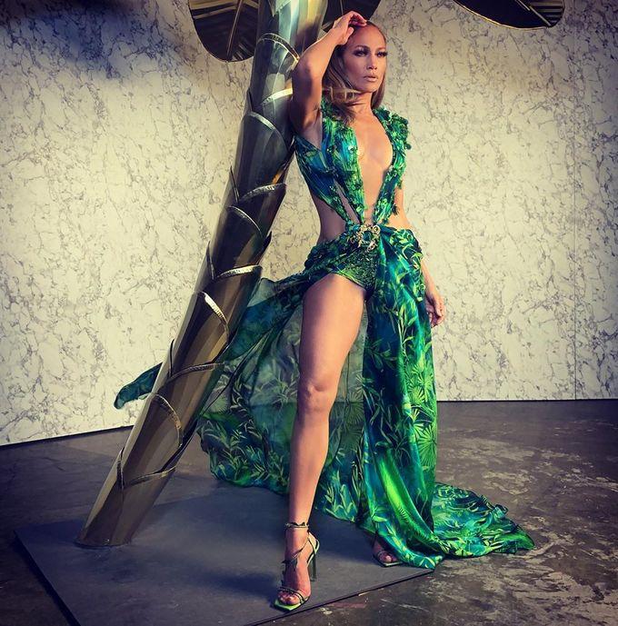Ngoài việc tích cực tập gym, múa cột, khiêu vũ... Jennifer Lopez cũng từng nhịn ăn 12 - 18 tiếng để có hình thể hoàn hảo cho những dịp đặc biệt. Bên cạnh đó, cô hạn chế tối đa đường, đồ ăn nhanh để bảo vệ vóc dáng, sức khỏe.